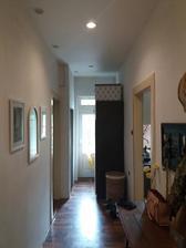 po roce máme bodovky v chodbě :) přijdou ještě vestavěné skříně a velké zrcadlo