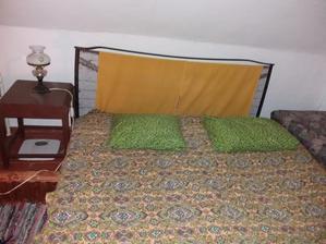 DYI čelo postele z vyřazeného kovového roštu - na chatu dobré. Ještě musím vymyslet nějaký pěkný přehoz