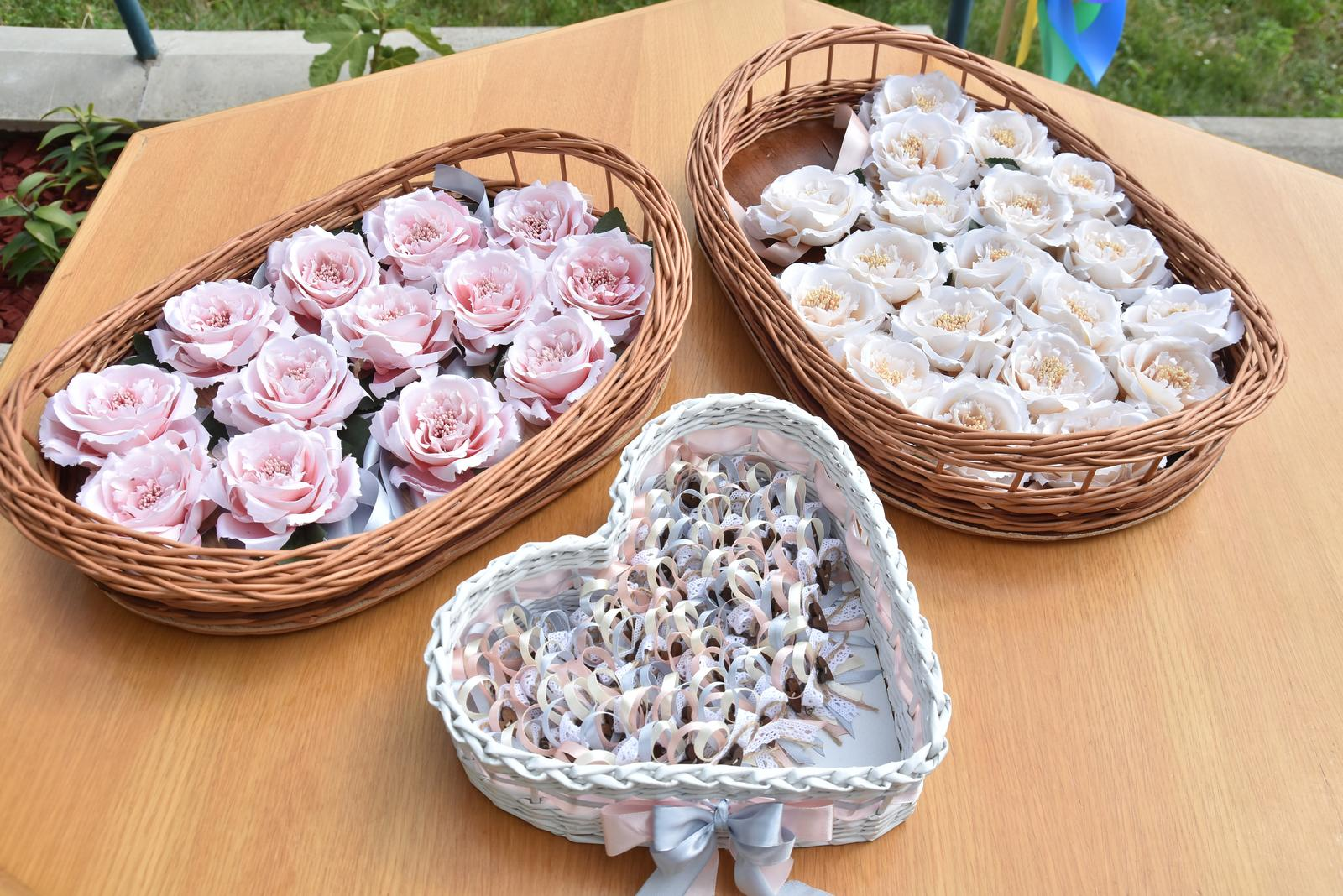 ♥ Baška{{_AND_}}Peťo ♥ - Ružové ružičky pre vydaté žienky, biele pre slobodné a pierka pre fešákov. :)