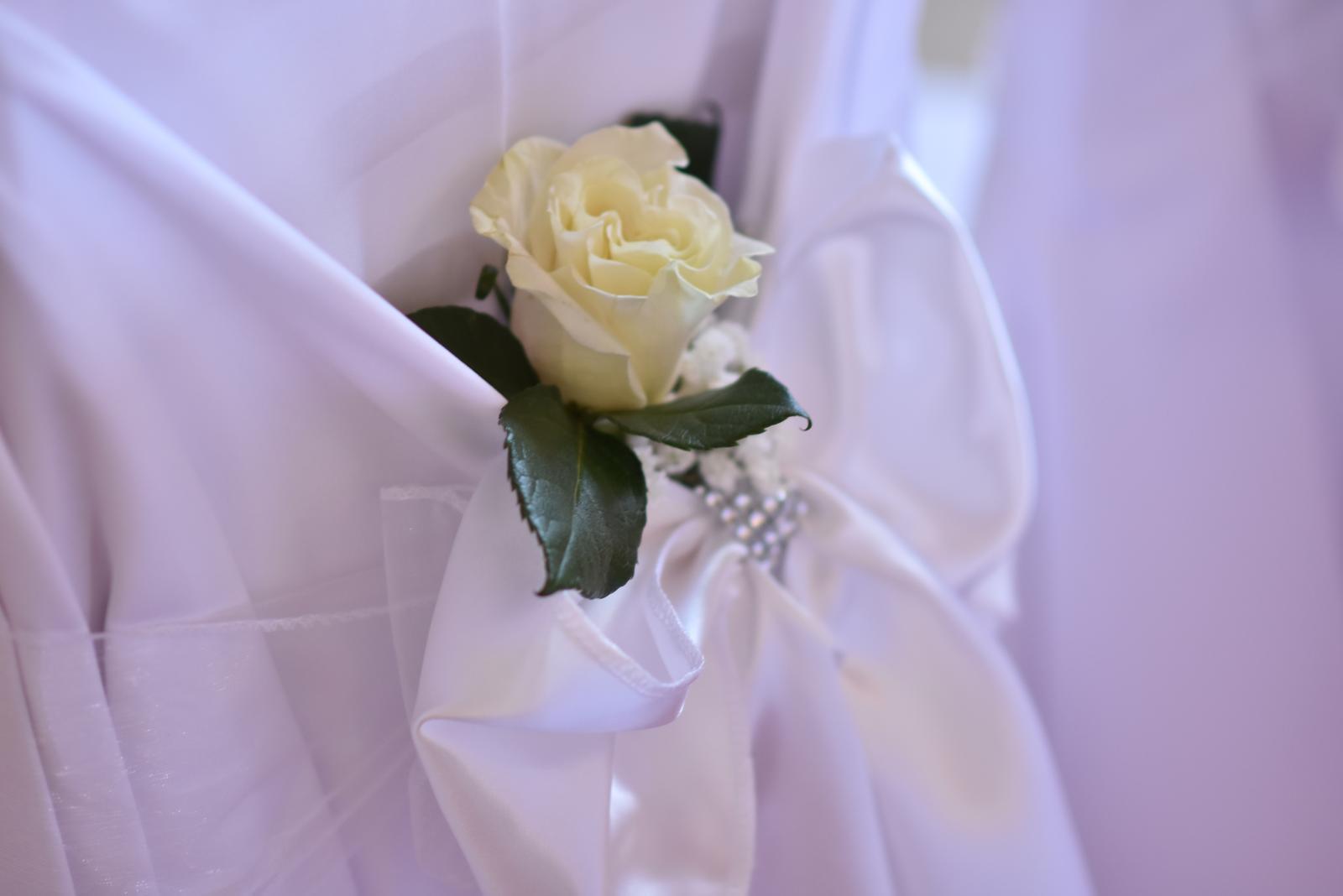 ♥ Baška{{_AND_}}Peťo ♥ - Biele ružičky na našich stoličkách a stoličkách pre svedkov :)