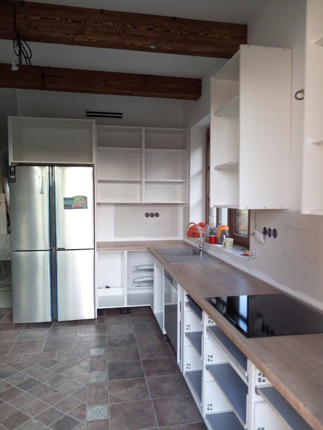 Kuchyňa svojpomocne - Pracovná doska nahodená, drez, varná doska osadená, čakáme na dvierka....
