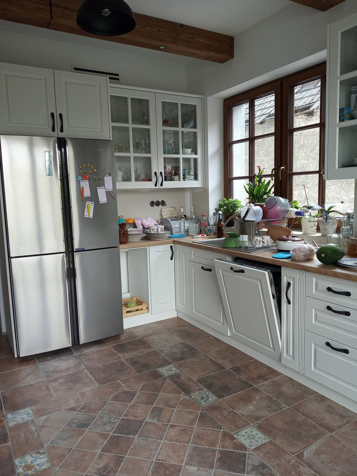 Kuchyňa svojpomocne - Ospravedlňujem sa bordel na kuchynskej linke :)