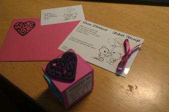Již dorazily.. dokrášlila jsem mašličkou a na obálku razítečko :) jednoduché, ale pro mně krásné :)