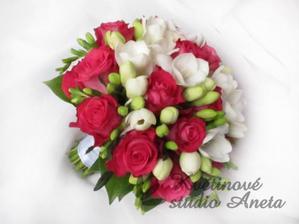 Kytice jsou objednány u naší květinářky - tmavě růžové či fuchsiové růže + bílé frézie bez zelena :)jen čisté + korsáž a dvě květinky pro maminky :)