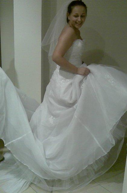 Zuzanka a dominik  15.august.2009 - strašne velké ako šlahačka to vôbec nie je moja predstava ja už svoje šaty mám a sú jednoduché a krásne ved sami uvidite neskor