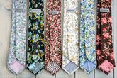 Ručně šité kravaty na rustikální svatbu.