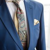 Modrá kravata s paisley vzorem.