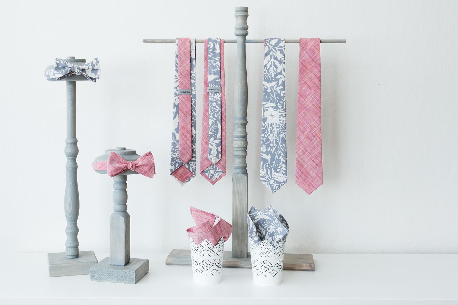 Červená pastelová kolekce kravat a motýlků - Pastelové kravaty a motýlky.