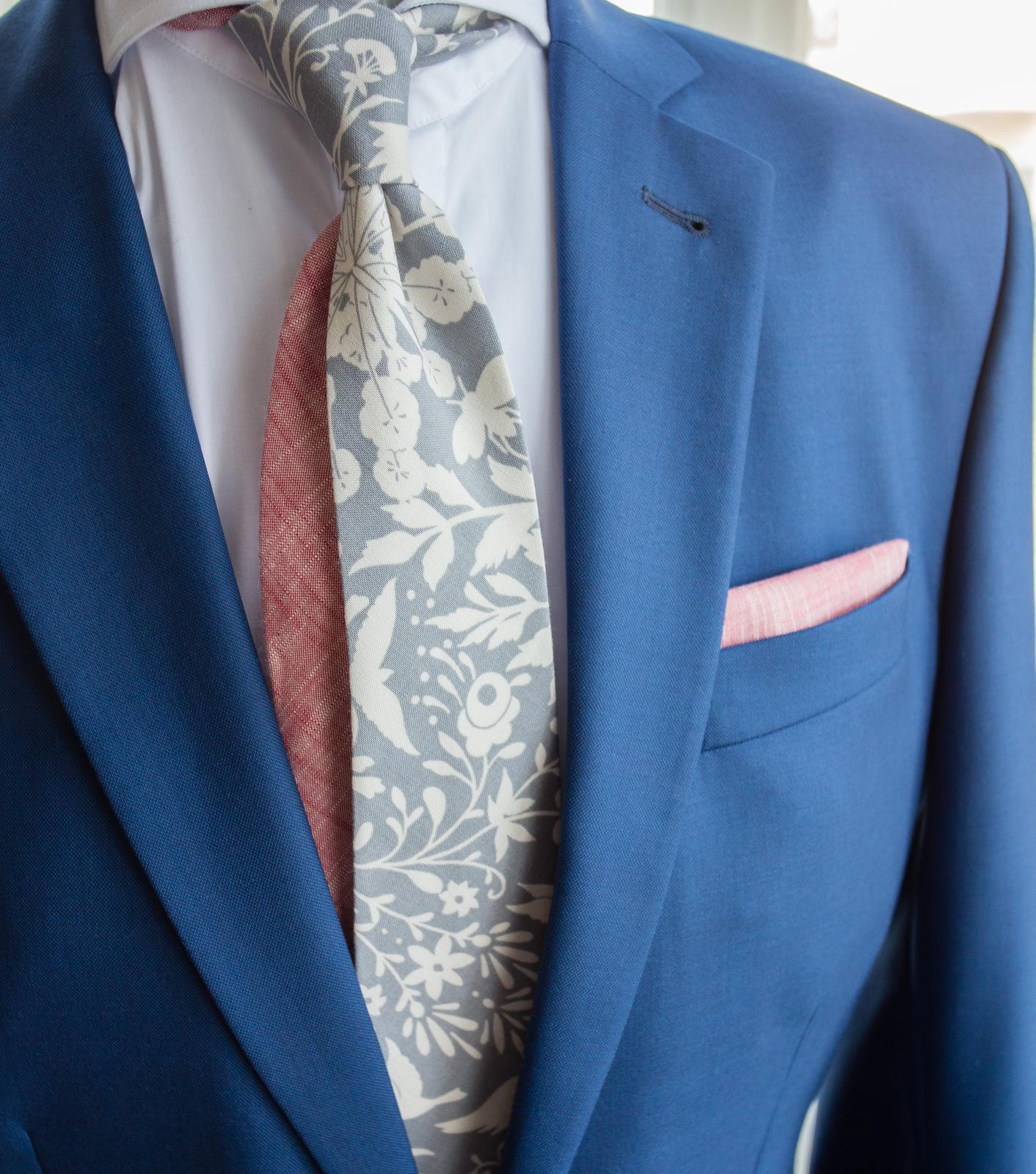 Červená pastelová kolekce kravat a motýlků - Twin kravata šedá s ornamentem.