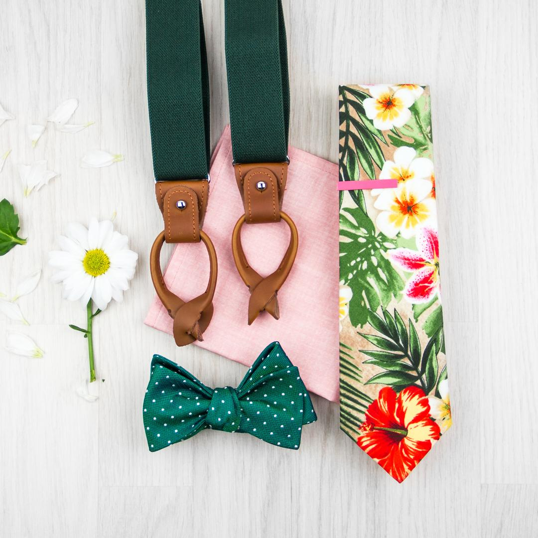 Outfity pro stylového ženicha - Zelené šle, tropická kravata, motýlek s puntíky, růžový kapesníček do saka, růžová spona