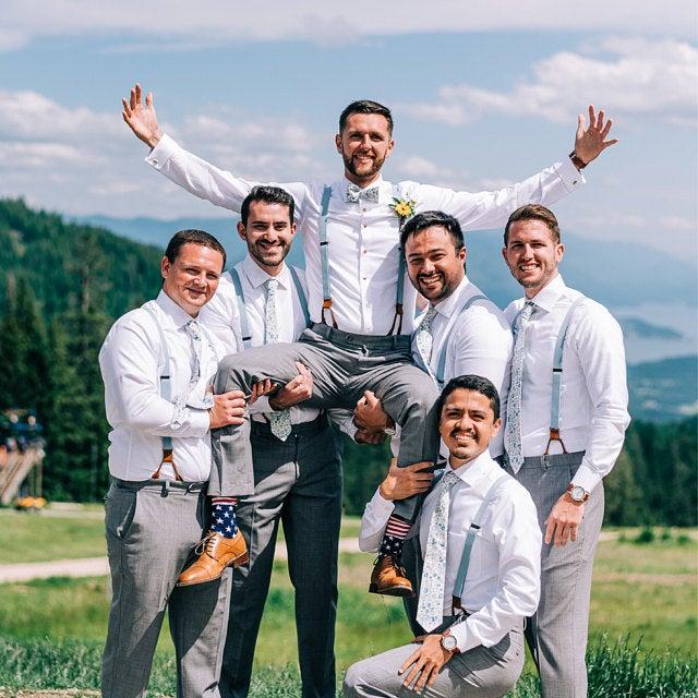 """""""Bubibubi jsou úžasní! Měli jsme komplikace s dopravou na poslední chvíli, oni ale vše perfektně zařídili abychom měli doplňky včas na náš svatební den. Naprosto fantastické, vysoce kvalitní kravaty a motýlky, vřele doporučuji."""" - Olivia  🔶 Máte taky svatební fotky s našimi doplňky? Pochlubte se nám! Rádi je uveřejníme jako inspiraci pro naše fanoušky. Stačí je poslat na náš e-mail info@bubibubi.cz 🔶 - Obrázek č. 1"""