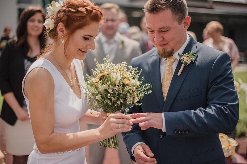 Hořčicová kravata na svatbě - Obrázek č. 3