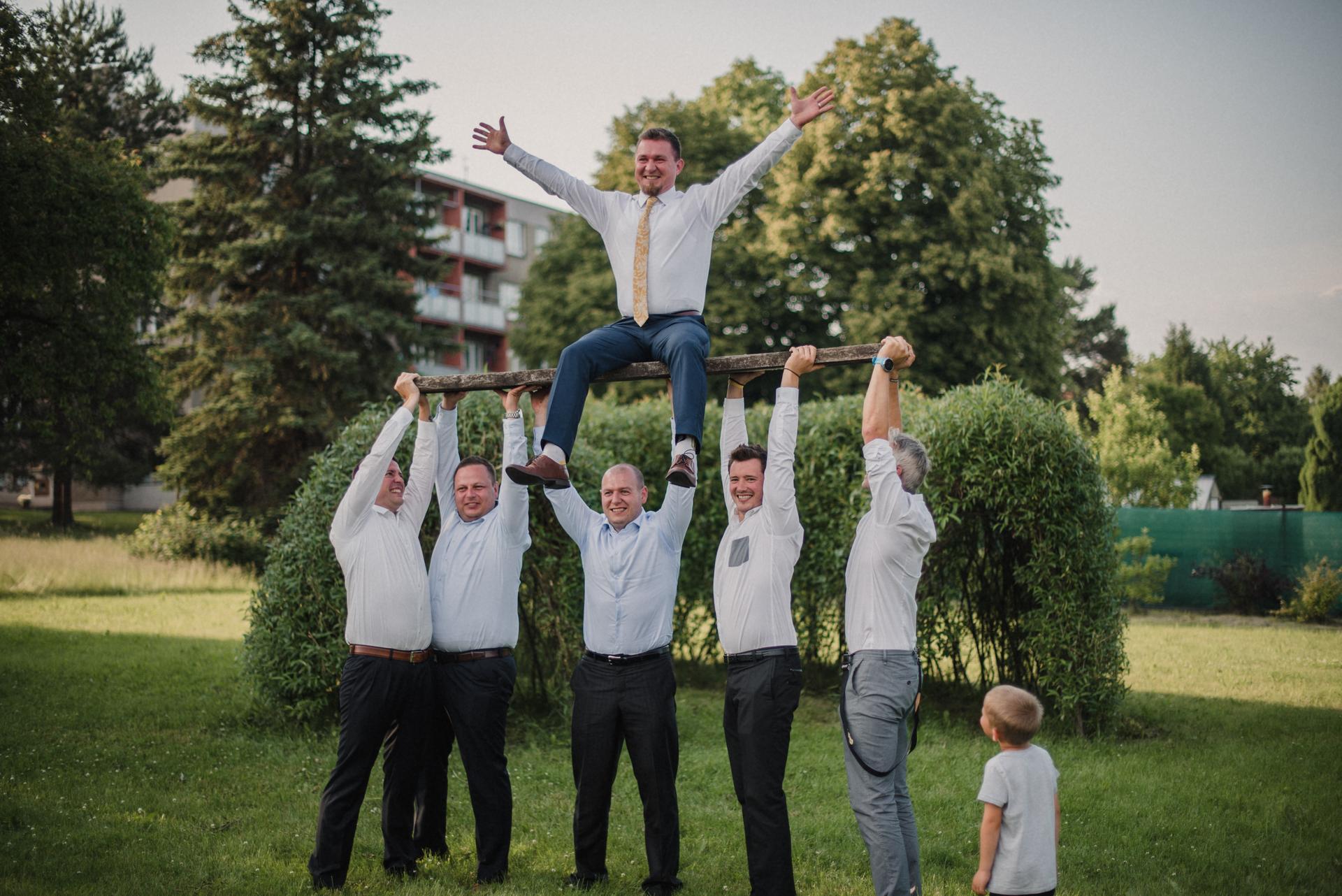 Hořčicová kravata na svatbě - Obrázek č. 2