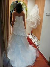 Mé vybrané šaty zezadu. Akorát pod ně přijde širší spodnička :)