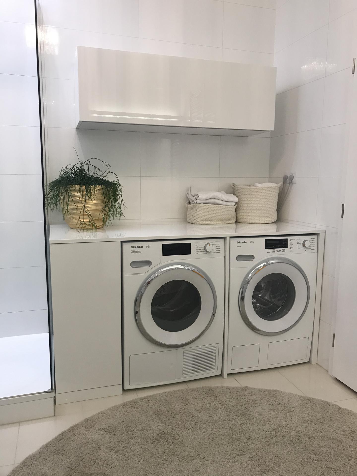 Moje řešení pračky, sušičky, koše na prádlo a úložných prostor. Původně jsem chtěla pracku a susicku nad sebe, ale osvědčilo se mi prádlo ještě teple ze susicky skládat na vytvořené ploše nad prackou. Zehleni se mi zmenšilo o 80%. - Obrázek č. 1