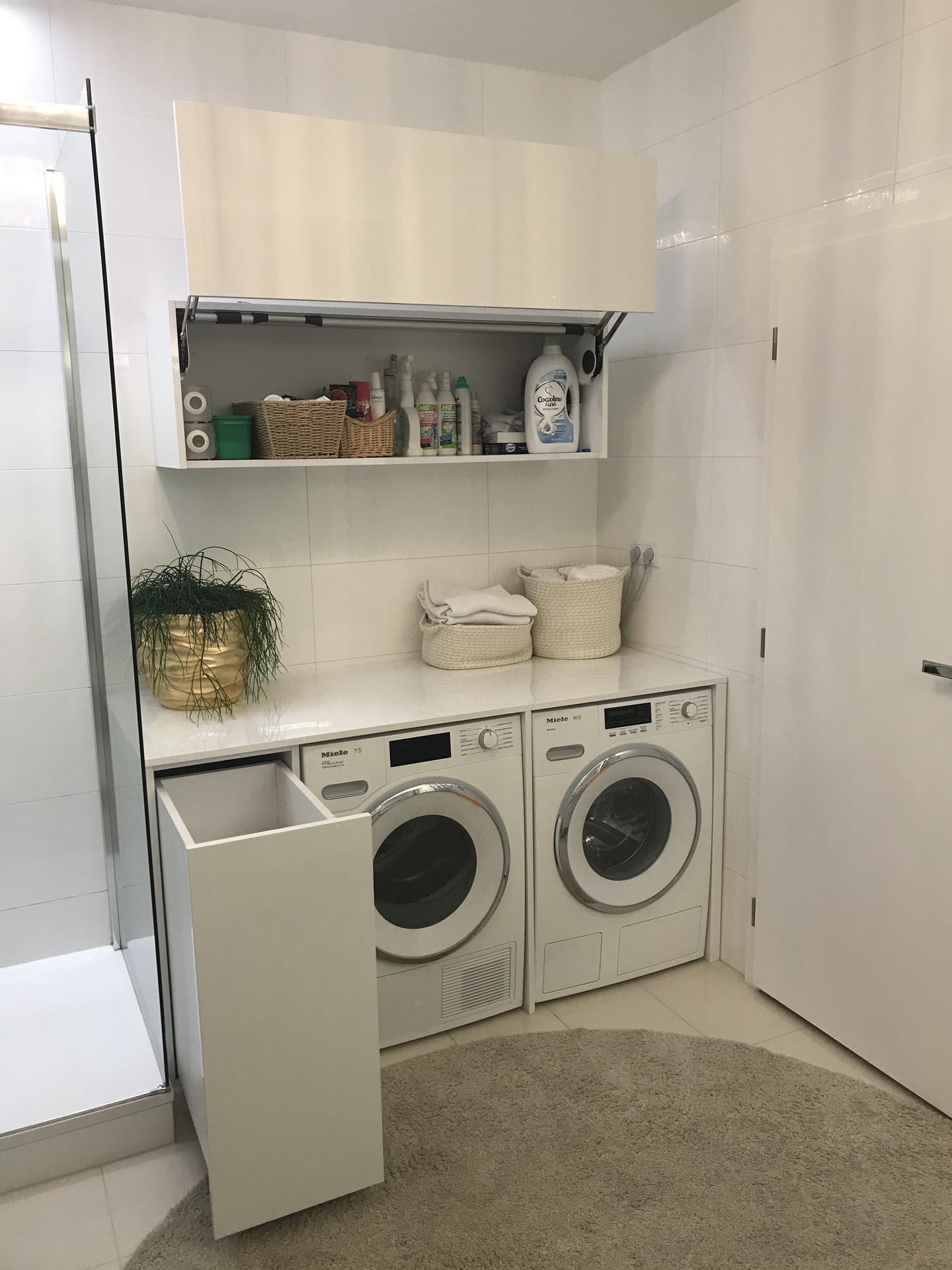 Moje řešení pračky, sušičky, koše na prádlo a úložných prostor. Původně jsem chtěla pracku a susicku nad sebe, ale osvědčilo se mi prádlo ještě teple ze susicky skládat na vytvořené ploše nad prackou. Zehleni se mi zmenšilo o 80%. - Obrázek č. 2