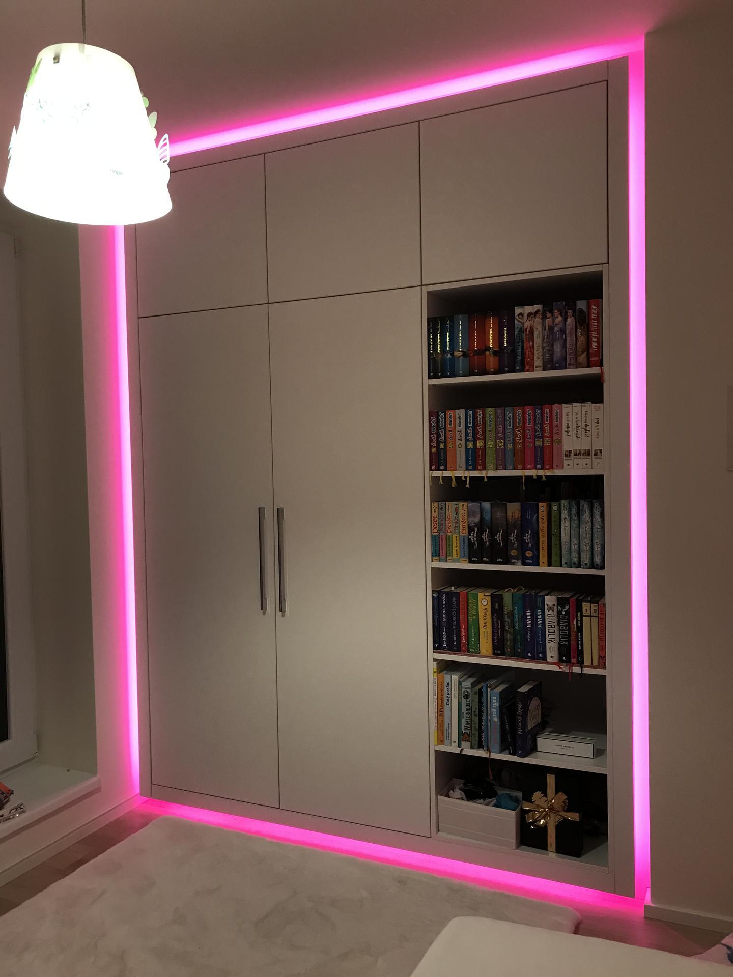 Vestavna skříň s knihovnou pro dceru.  Vychytavkou je led osvětlení kolem skříně ve 24 barvách:) Dcera sedí s dálkovým ovladačem na posteli a mění si barvičky dle nálady:) - Obrázek č. 1