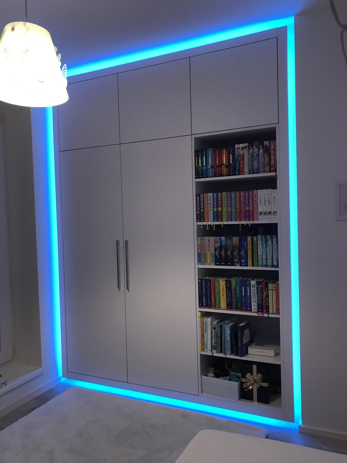 Vestavna skříň s knihovnou pro dceru.  Vychytavkou je led osvětlení kolem skříně ve 24 barvách:) Dcera sedí s dálkovým ovladačem na posteli a mění si barvičky dle nálady:) - Obrázek č. 2