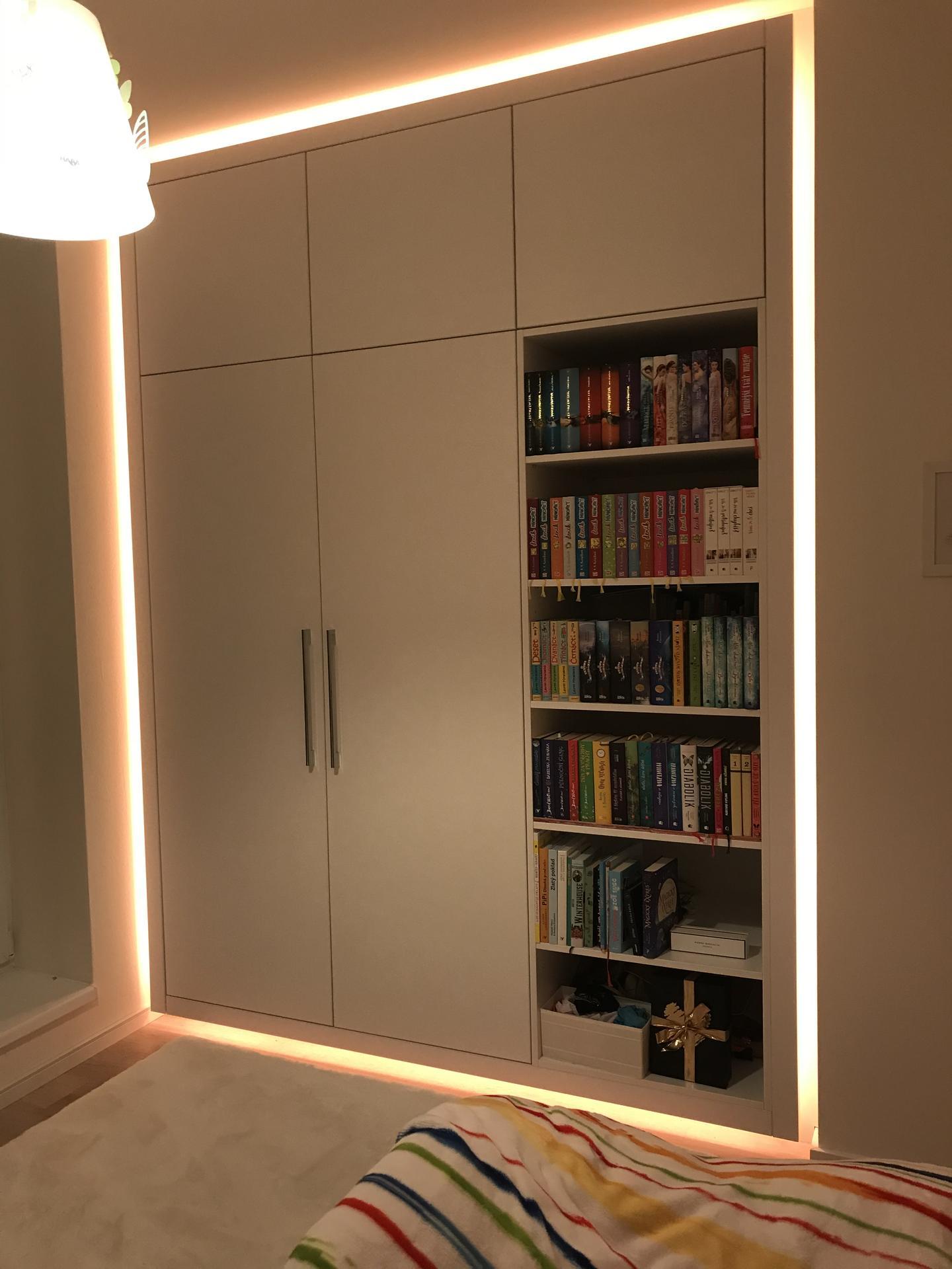 Vestavna skříň s knihovnou pro dceru.  Vychytavkou je led osvětlení kolem skříně ve 24 barvách:) Dcera sedí s dálkovým ovladačem na posteli a mění si barvičky dle nálady:) - Obrázek č. 3
