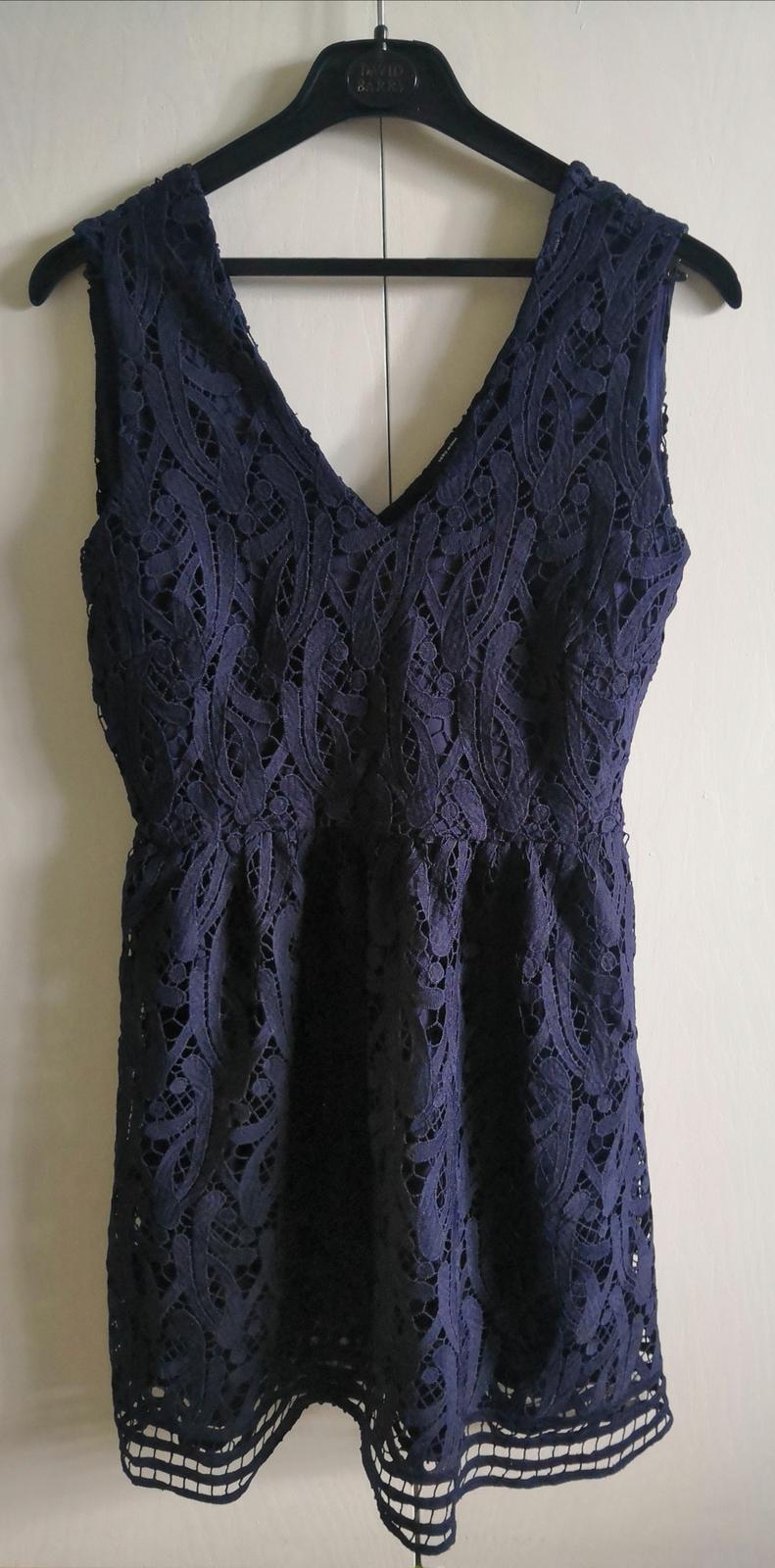 Tmavomodré čipkované šaty - Obrázok č. 2