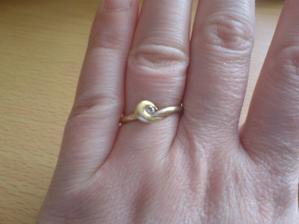 zásnubní prstýnek...bílé a žluté zlato spojené smyčkou a bílý kamínek
