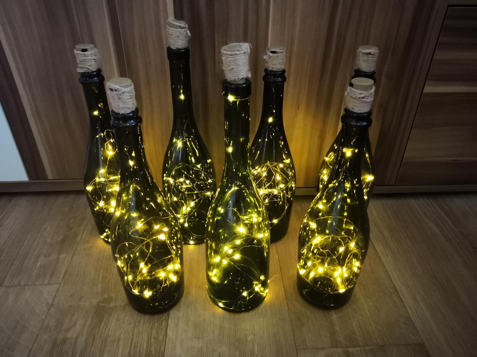Láhve od vína se světelnými řetězy uvnitř - Obrázek č. 1