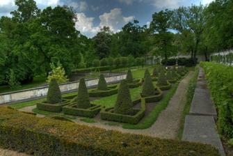 zahrada ve které se budem fotit už se těším :-)