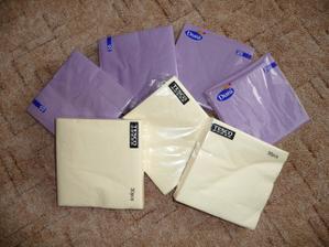 pořízené i fialové a krémové ubrousky