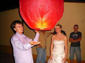 Lampion přání jsme dostali jako svatební dar a byl tak malý vítr, že když vyhořel, tak se vrátil skoro na stejné místo