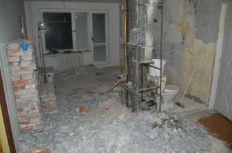 Zbúrali sme záchod aj kúpeľňu, vybúrali panel medzi chodbou a kuchyňou a začali stavať nové :-)