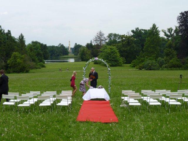 Přípravy - Krááásná lokace - jen to chtělo zařídit posekání trávníku:)