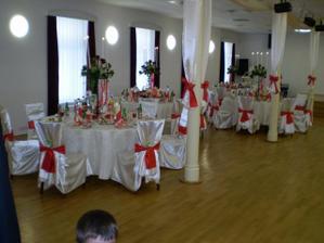 vyzdoba saly je bielo cervena.Za vyzdobu vdacime agenture Daisy