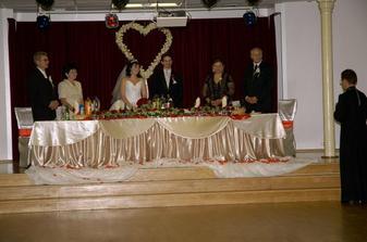 celo stola,na stole boli darceky pre hosti vlastnorucna vyroba,Mineralky s fotografiami  a servitky poskladane do tvaru holubic tiez vlastna vyroba