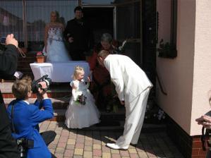 nevěstu dovedl otec