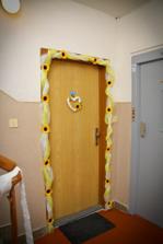 minimalne takato nejaka vyzdoba dveri...