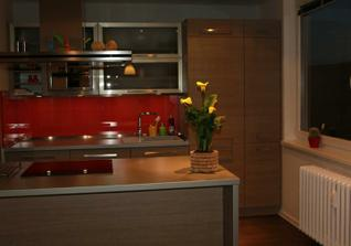 Kuchyňka trochu ve tmě:)
