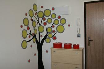 Prozatimní řešení předsíně. Místo věšákové stěny jsem si namalovala strom, na který jsme později navrtali věšáčky