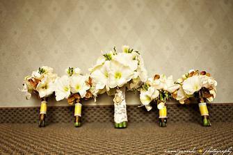 S floristkou domluvená prostřední kytice - amarylis a frézie, jen místo krajky bude zelená stuha=)