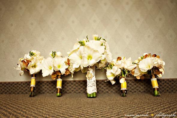 Co už je nebo pravděpodobně bude=) - S floristkou domluvená prostřední kytice - amarylis a frézie, jen místo krajky bude zelená stuha=)