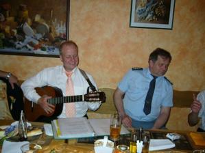 ženich hraje na kytaru