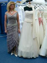 maminka a zkouška oblečení na svatbu