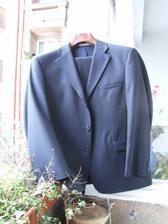 tento oblek je tmavěmodrý, ale nenechá se vyfotit, mění barvu, uličník jeden.