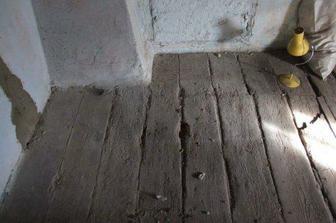 stará podlaha v hale