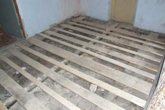 podlaha v hale průběh