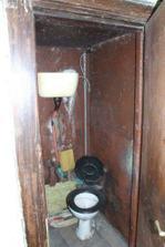 původní záchod vyrobený z telefonní budky