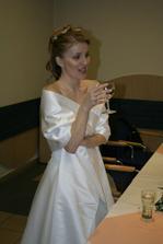 Nevěsta a její milované bílé vínečko. ;)