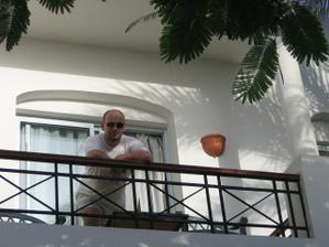Manžel na balkóně našeho pokojíku. :)