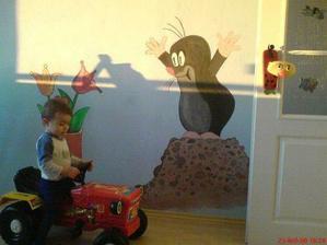 Honzíček miluje krtečka, tak mu ho maminka postupně maluje po pokoji...