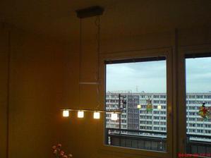 konečně máme lustr nad jídelním stolem:-)(má i dotykový stmívač, tak si mamka vyhraje:-))