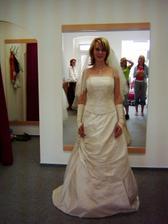Tady už jsem na zkoušce svatebních šatů, jen budu mít jinou spodničku, tato je nic moc